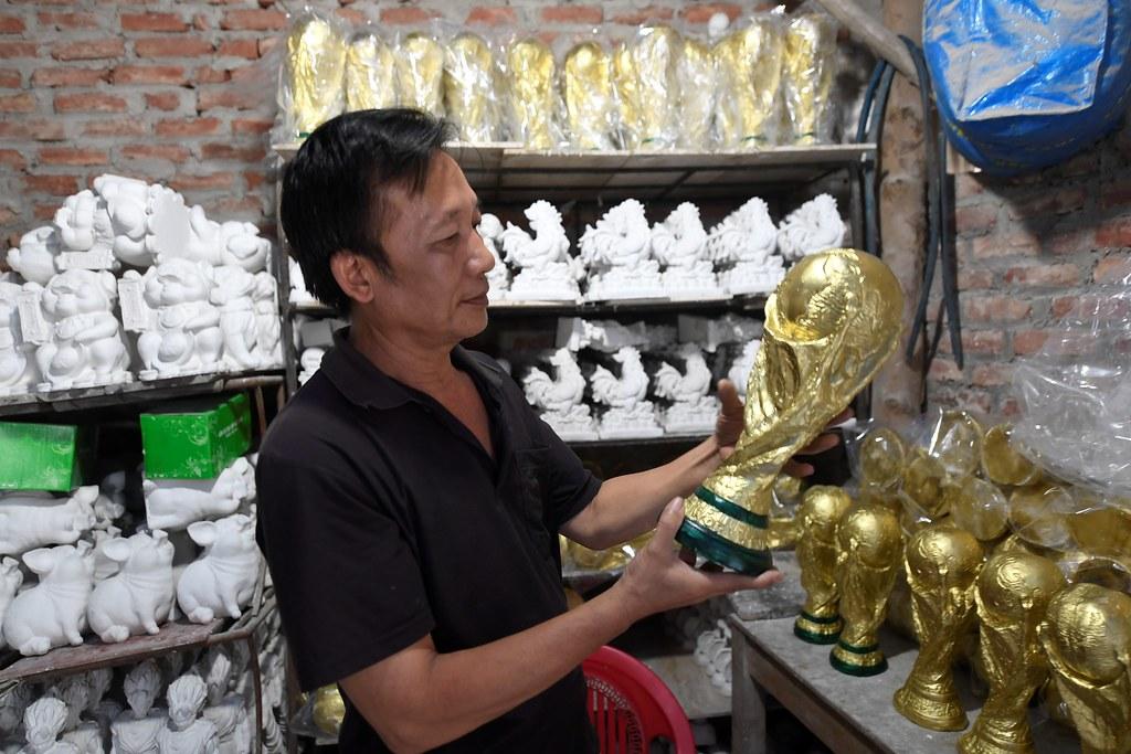 越南工匠Vuong Hong Nhat與他所製作的世界盃複製品。(AFP授權)