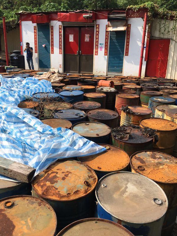 遭棄置的鐵桶,部分桶子已經膨脹浮腫。攝影:毛達。