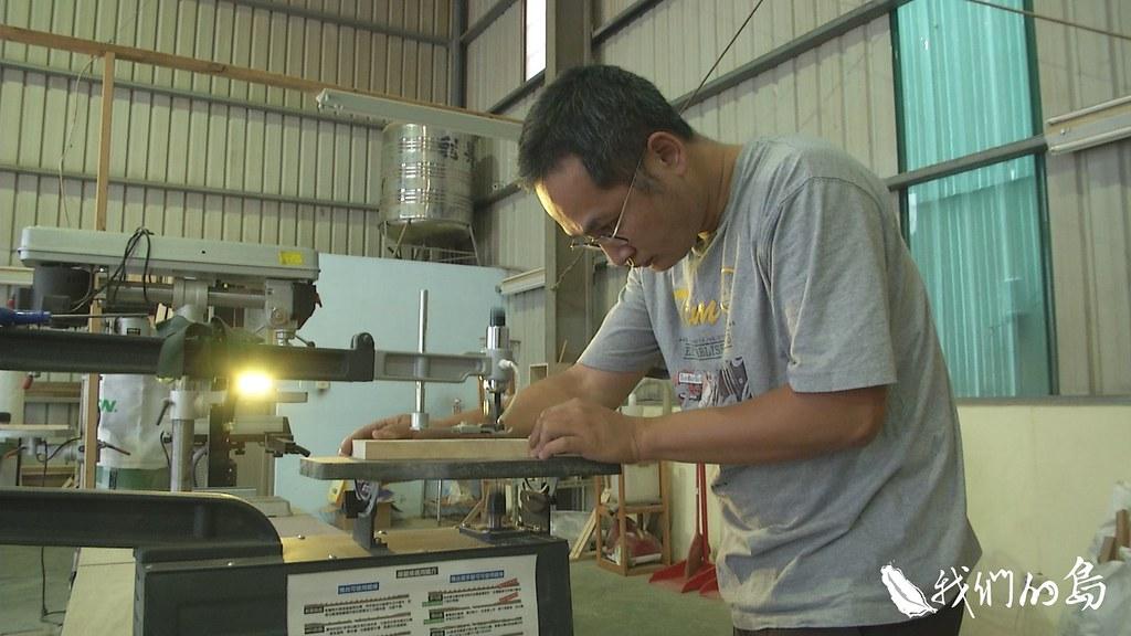 958-3-3阿信是木工愛好者,他心裡始終有個遺憾,那就是他只能拿到進口材的原料。