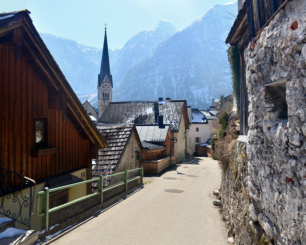 Postal de Hallstatt con su iglesia al fondo en una de sus calles más bonitas