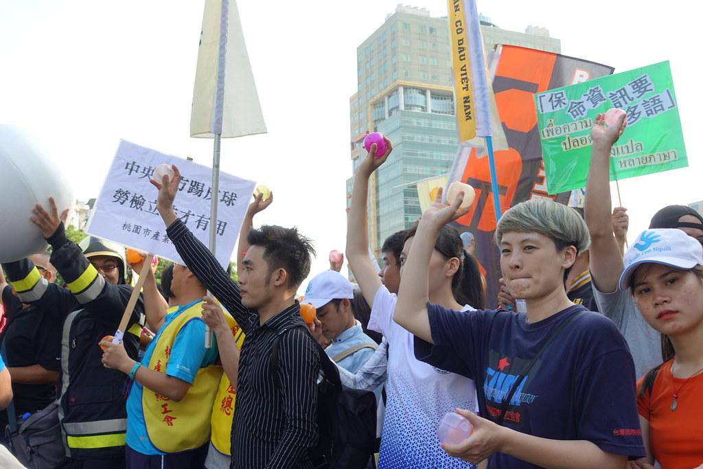 游行群众在政院丢空壳转蛋,要行政部门落实检讨政策。(摄影:张智琦)