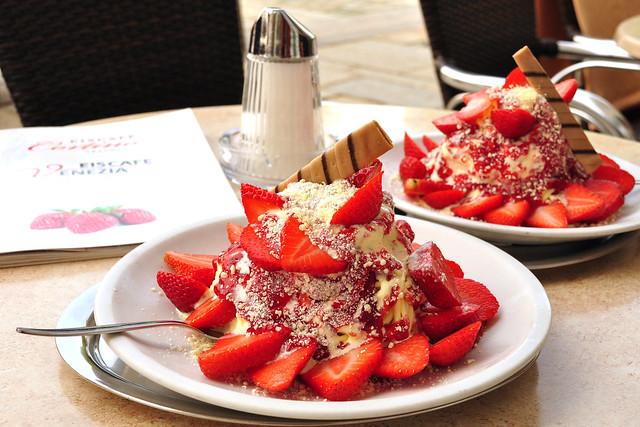 Spaghetti-Eis, in Mannheim erfunden, in Traunstein gegessen ... Erdbeeren ... Mai 2018 ... Foto: Brigitte Stolle