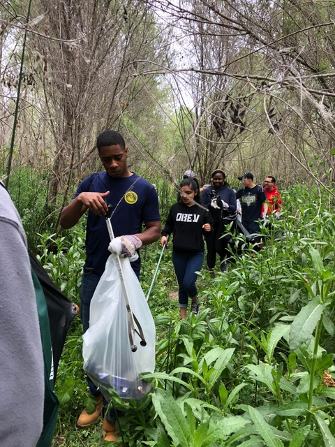 Eighteen USS Decatur (DDG 73) Sailors from the Sailor 360 program supported the Clean and Green River Cleanup: Mission Valley East on May 19.