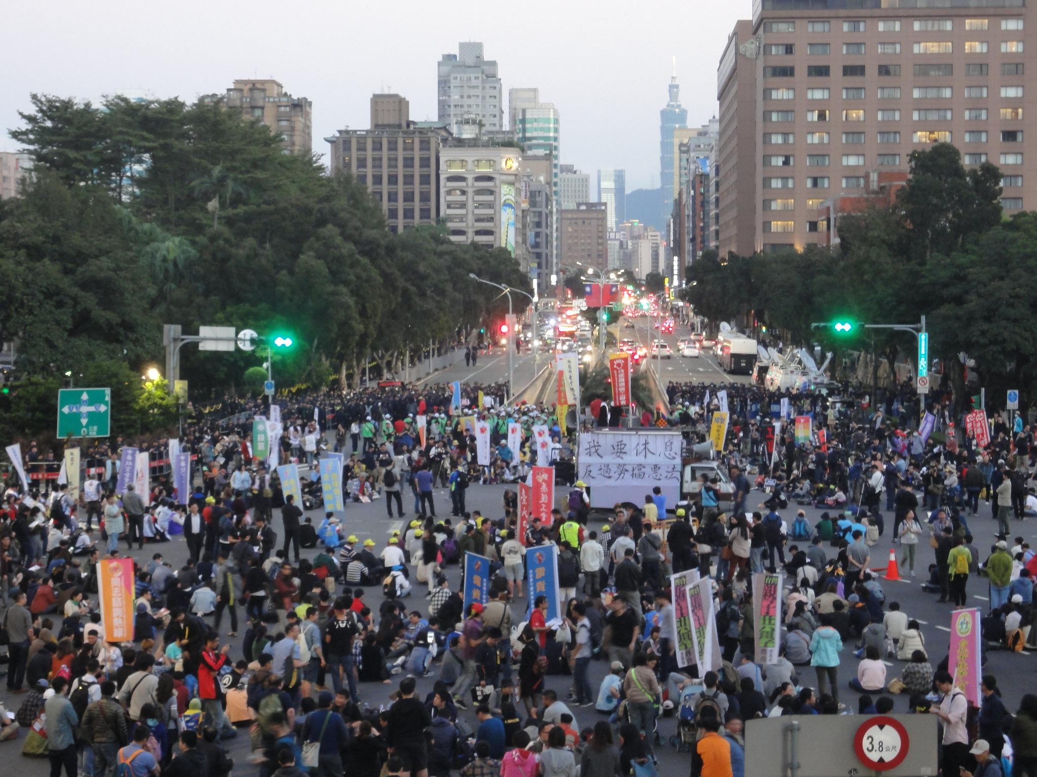 1223遊行當日,群眾佔領行政院前路口。(攝影:張智琦)