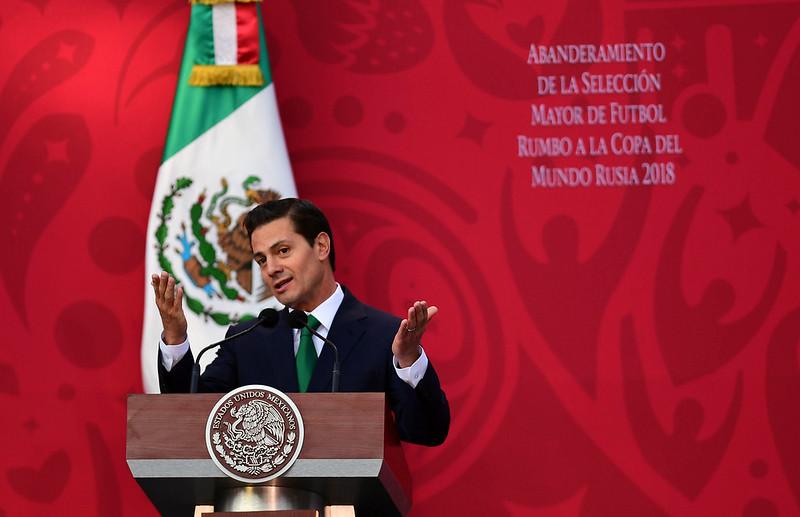 墨西哥總統Enrique Pena Nieto為獲得2016年世界盃主辦權向美加道賀。(AFP授權)