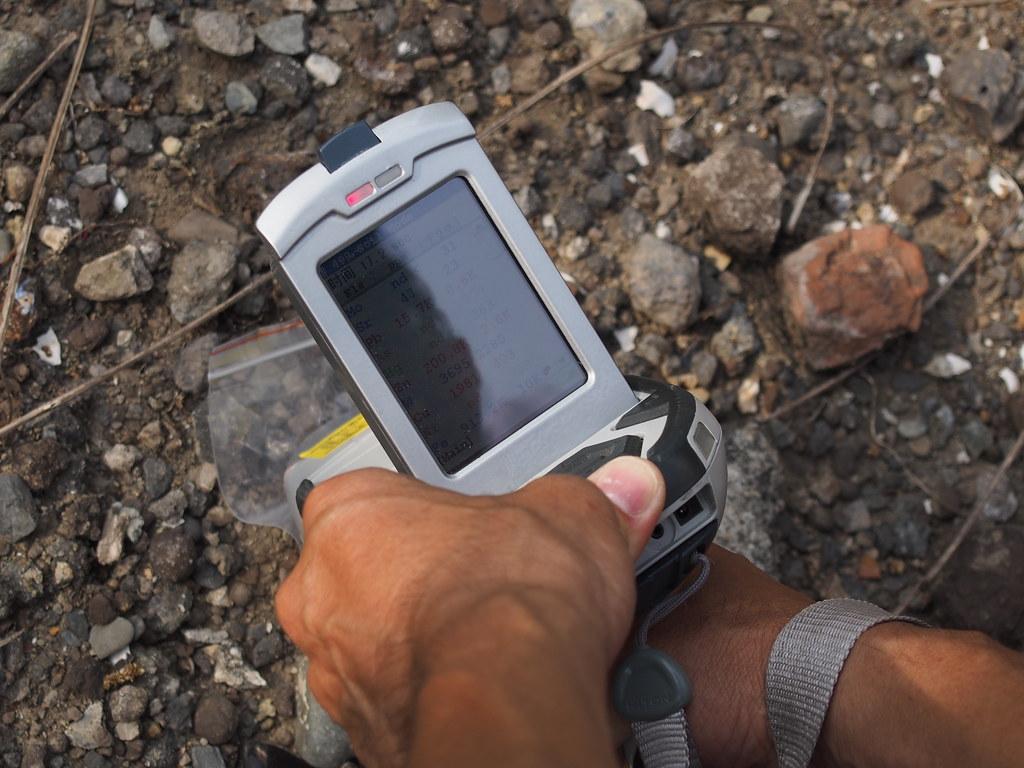 用儀器檢測重金屬濃度,像土一樣的地方也超標。攝影:陳宣竹。