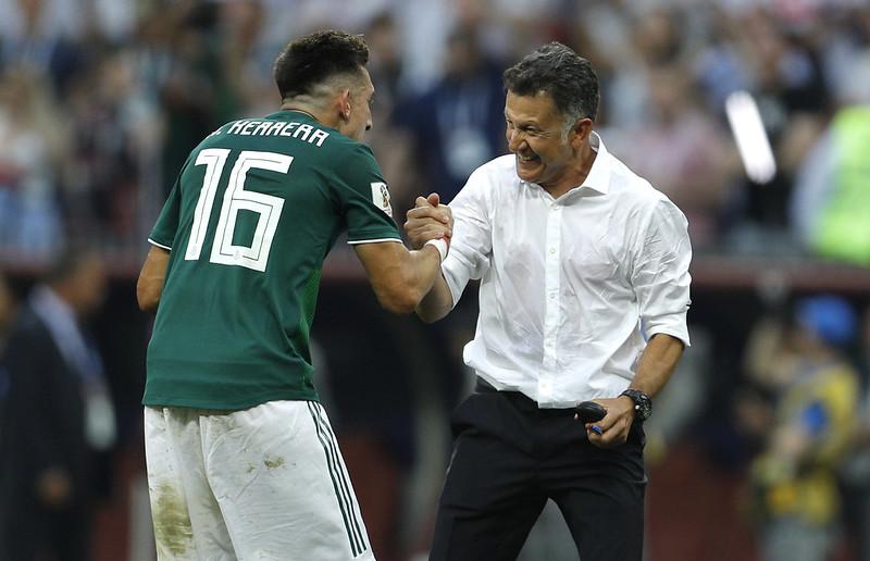 墨西哥總教練Osorio和隊員Hector Herrera慶祝擊退衛冕軍德國。(達志影像)