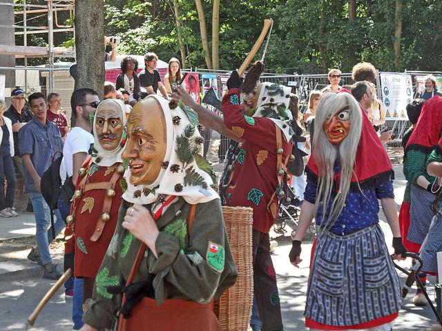 Als Hexen kostümierte alemannische Narren