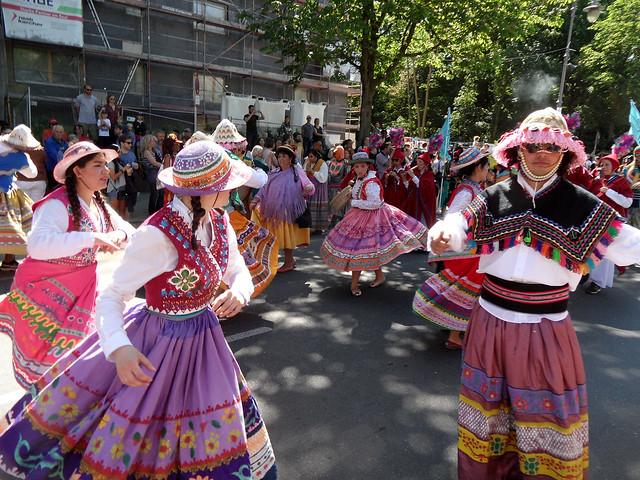 """Tänzer der Gruppe """"Rios Profundos"""" in peruanischer Tracht"""