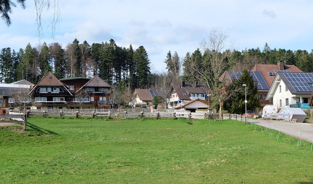 弗萊堡郊區小鎮,左邊是傳統建築,太陽能板屋頂非常普遍