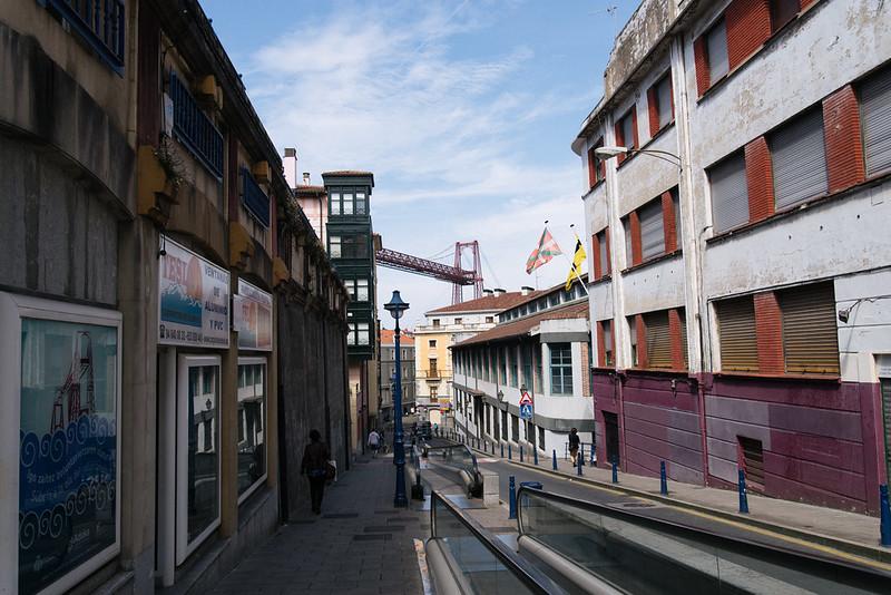 路地から見える橋