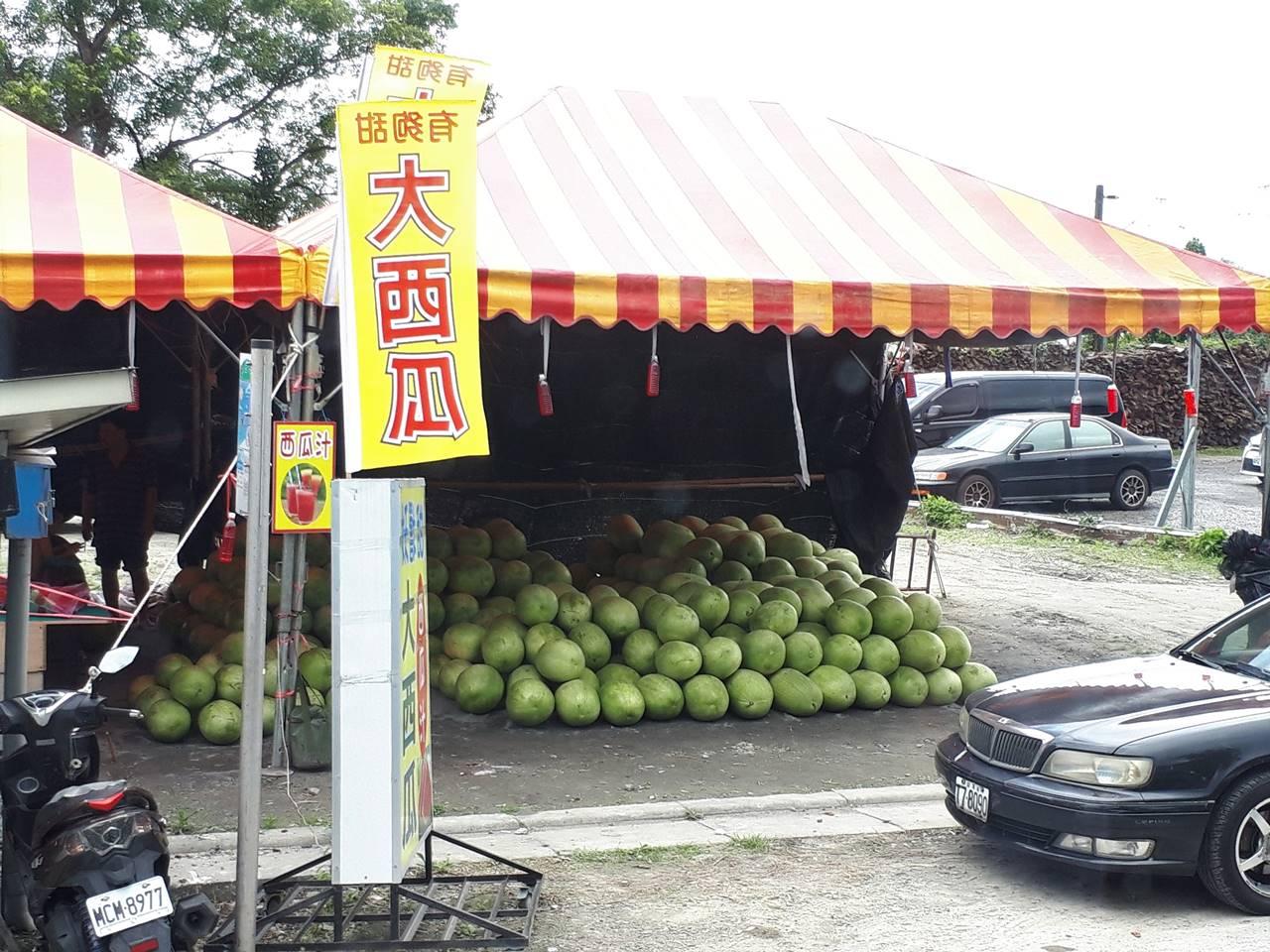 台湾・礁渓温泉で売られていた巨大なスイカ