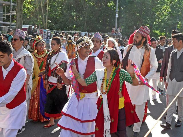 Nepalesische Männer und Frauen singen und tanzen beim Karneval der Kulturen in Berlin 2018