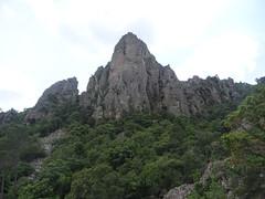 Chemin de la Montagne : l'aiguille rocheuse 852m au-dessus du chemin