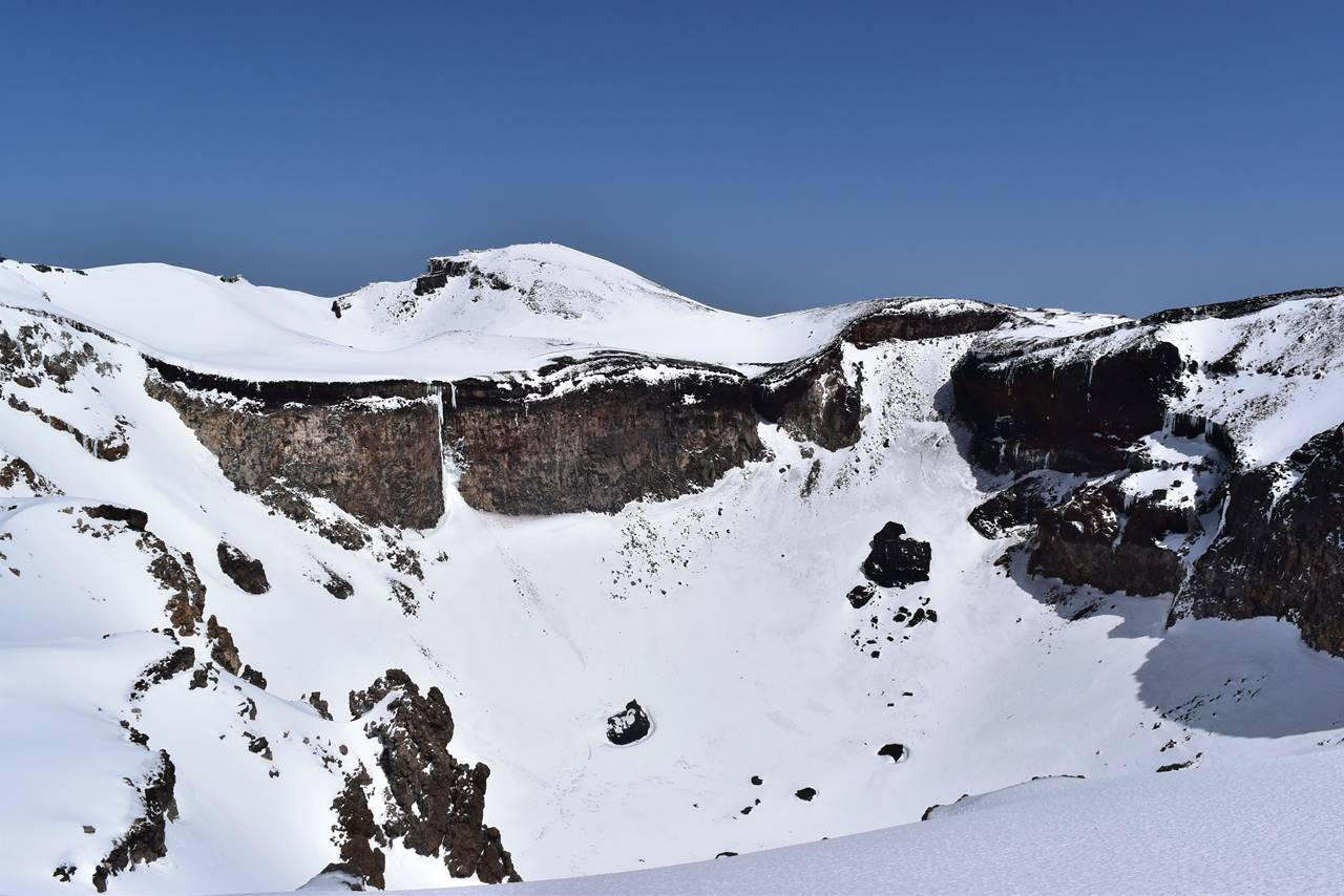 雪の富士山・山頂の大火口