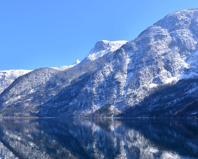 Montañas de Hallstatt reflejadas sobre el lago de Hallstatt