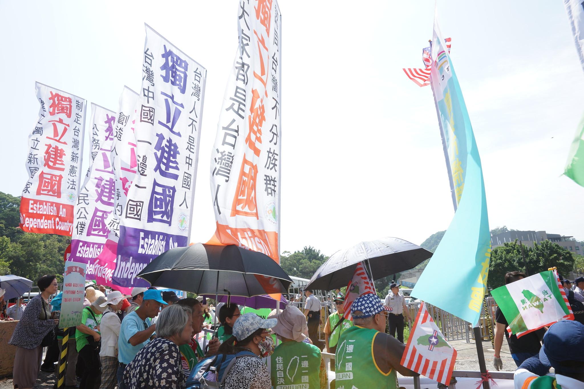 統派團體對面是獨派團體的「台灣獨立」旗幟。(攝影:王顥中)
