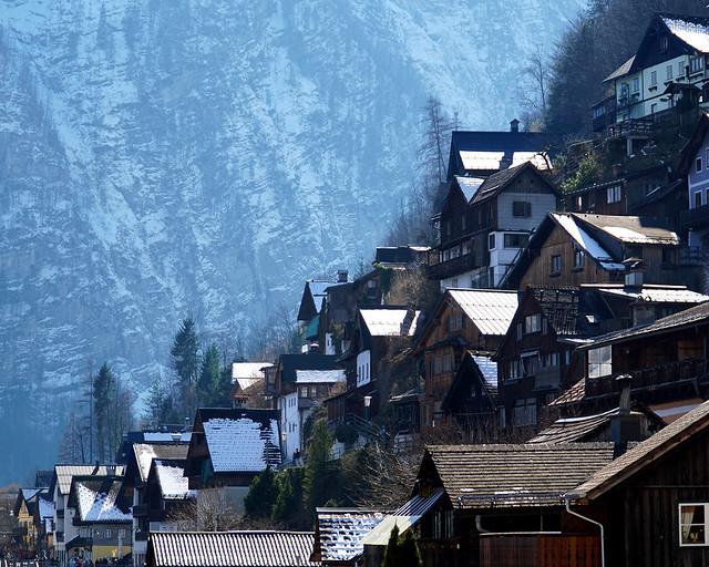 Tejados nevados relucientes al sol en Hallstatt