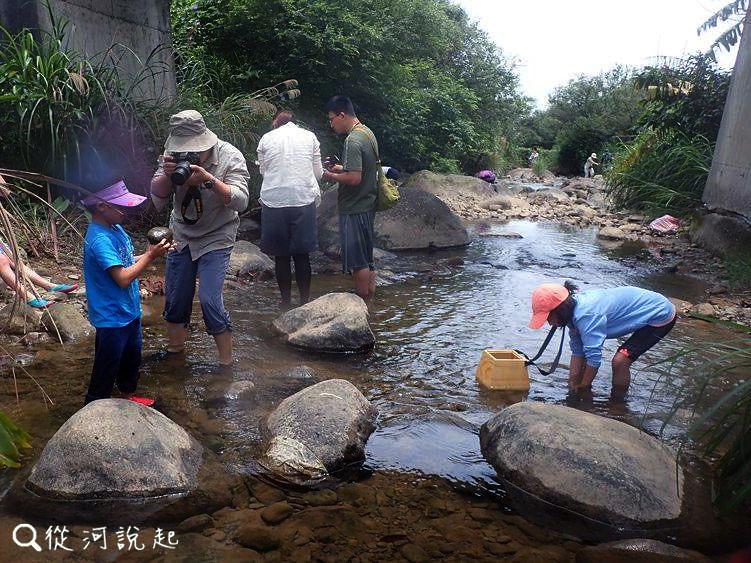 3_大夥兒在橋下用窺箱觀察並記錄下來(圖片來源:人禾)