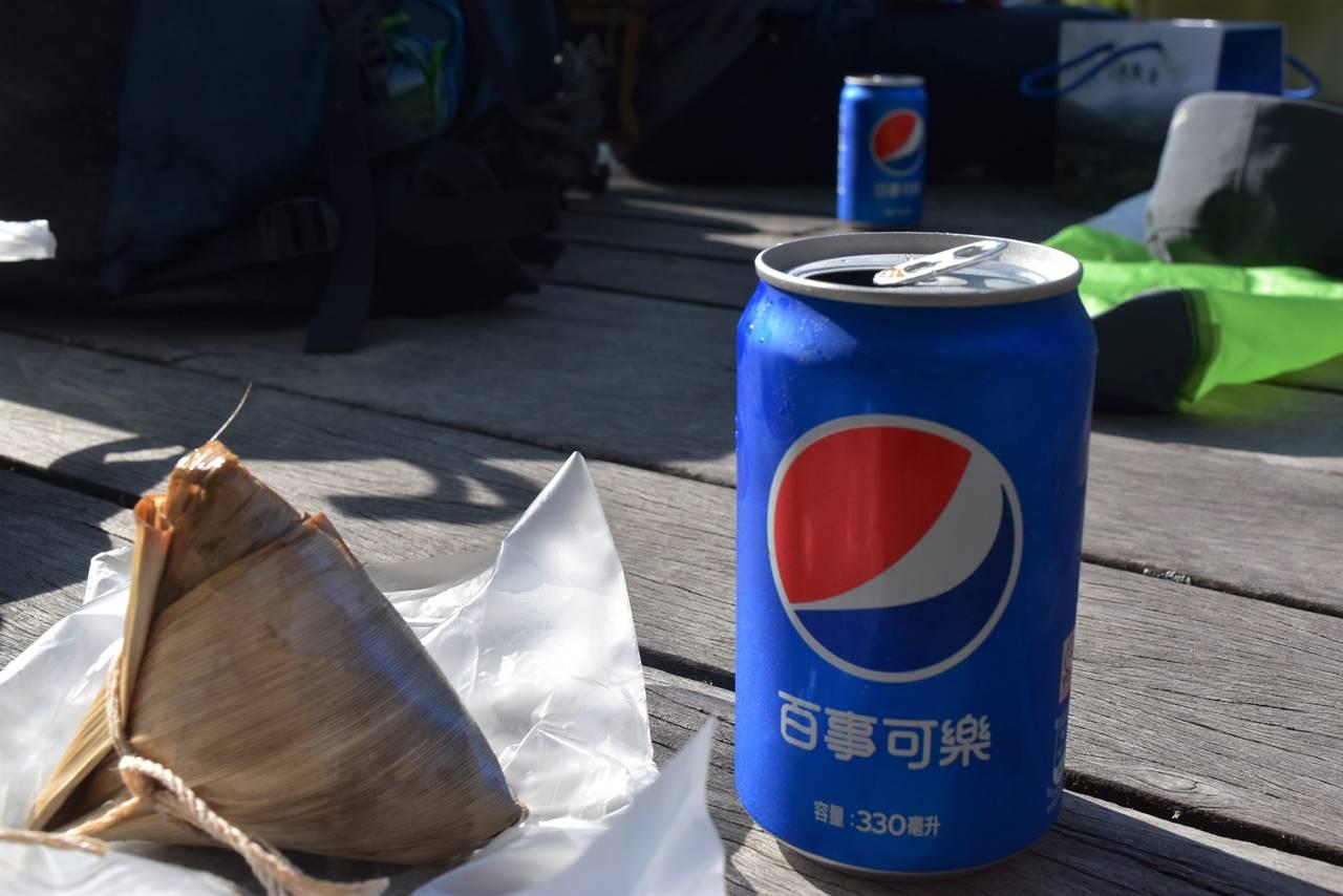 武陵農場の売店で買ったおこわとコーラ