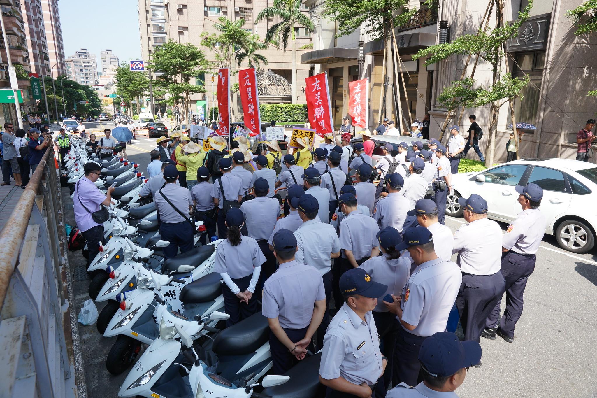重重警力隔離三群抗議人潮。(攝影:王顥中)