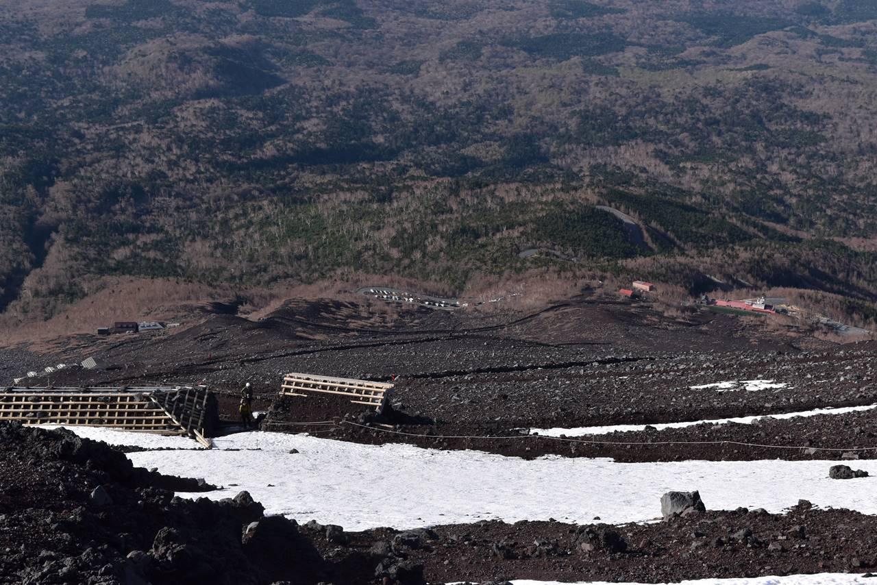 富士山登山道から見下ろす富士宮コース五合目駐車場