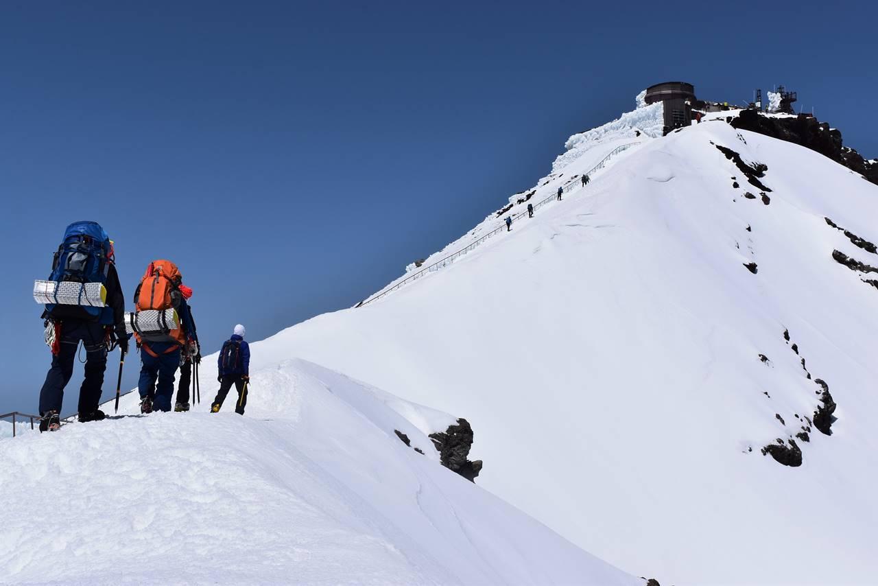 富士山お鉢巡り 雪の稜線