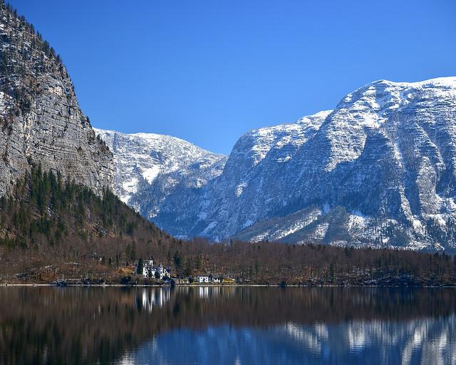 Castillo Grub, junto al lago de Hallstatt con el monte Wehrkogel al fondo