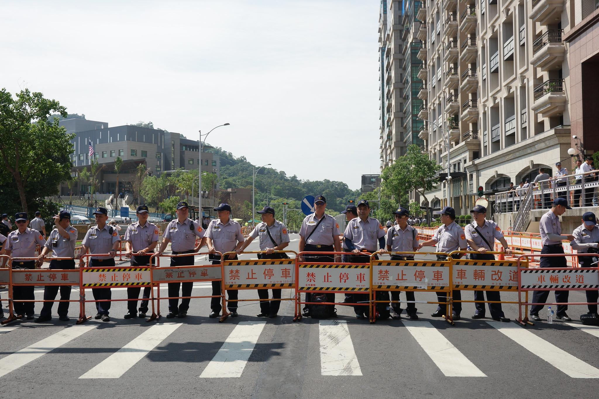 警力將三方人馬均隔離在距AIT 300公尺外。(攝影:王顥中)