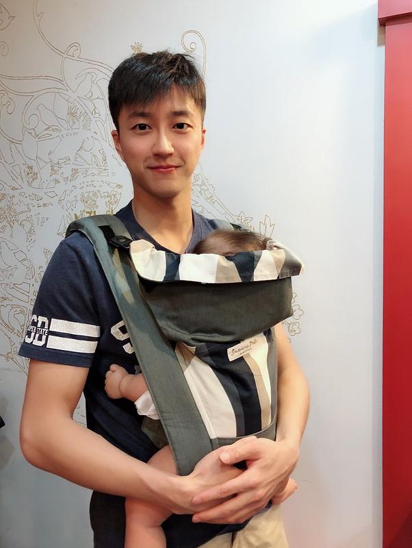 江宏傑談到全家人出遊最常使用的是「背巾」。(江宏傑提供)