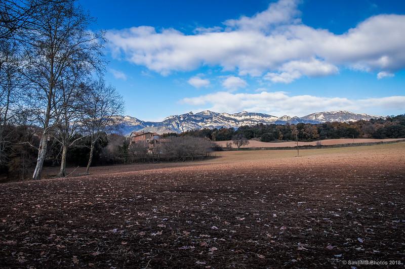Cal Torrentbó y los Rasos de Peguera desde el lago de Graugés