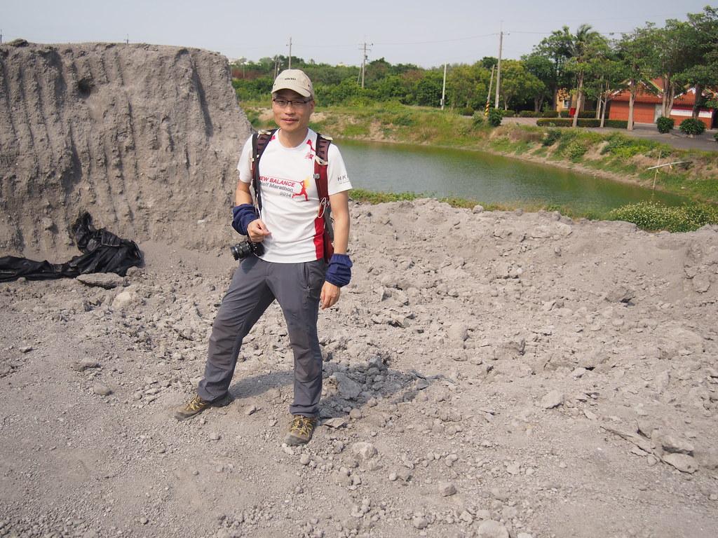 朱漢強長期追蹤廢棄物議題,2018年4月受台灣環境資訊協會邀請來台,走訪南台灣焚化爐爐渣非法棄置。攝影:陳宣竹。