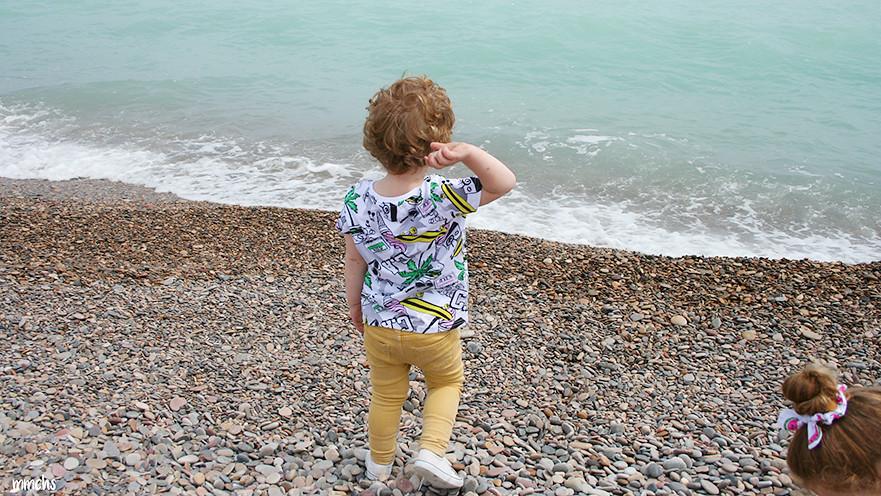 lanzando piedras al mar