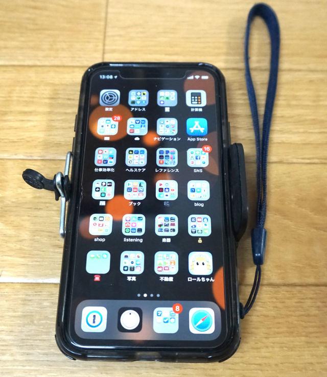 スマートフォンにクリップを取り付けた状態