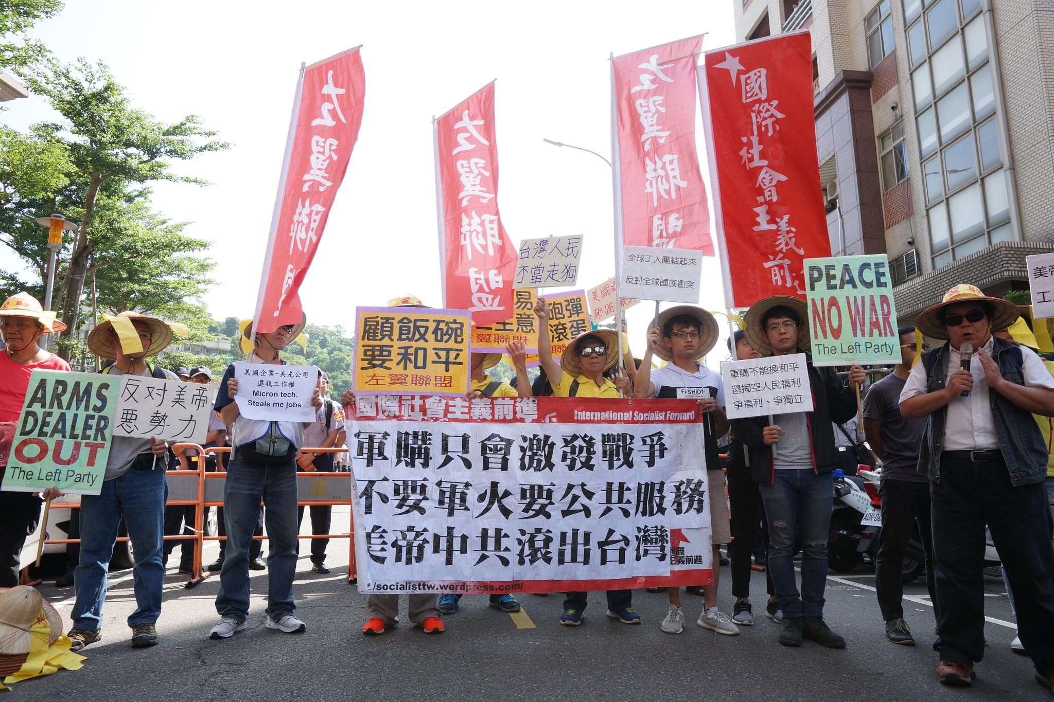 左聯等陳情抗議者,被隔離在相距AIT 300公尺外的巷弄與人行道上。(攝影:王顥中)