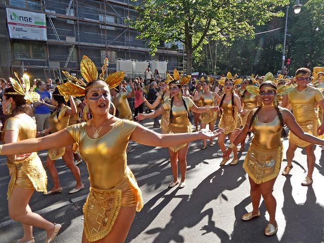Kolumbische Tänzerinnen in goldenen Kostümen