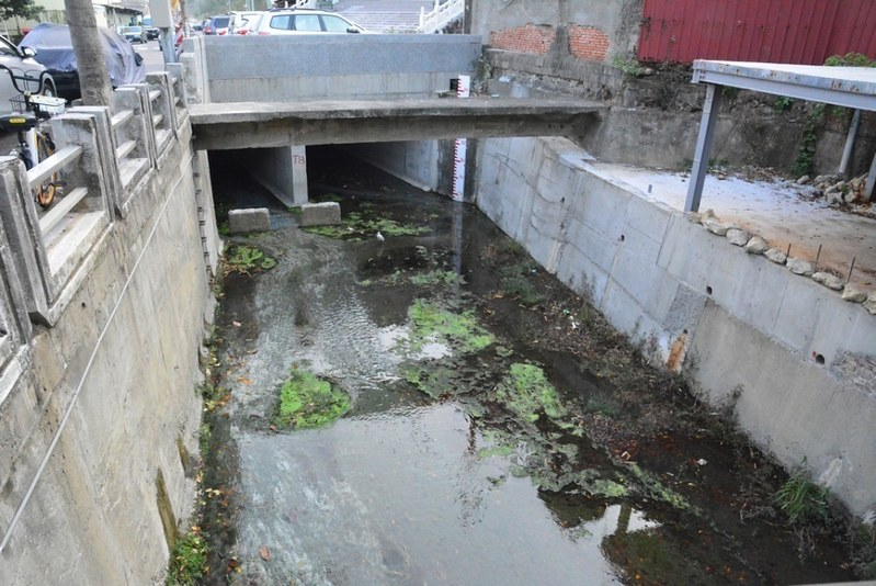石頭公水渠現況。連結滯洪池工程完工後,三邊水泥化更加嚴重,不利於湧泉的環境。照片:高雄市柴山會