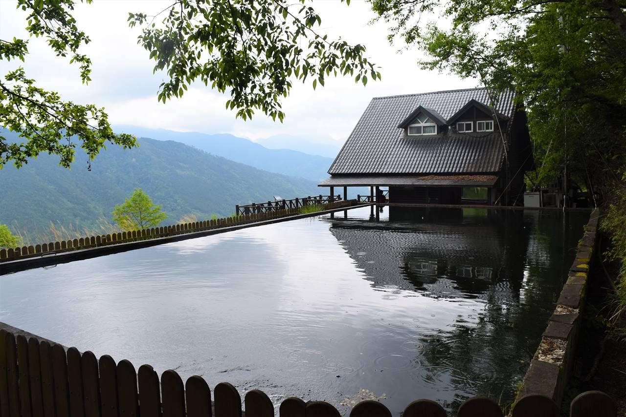 台湾・雪山登山口の池