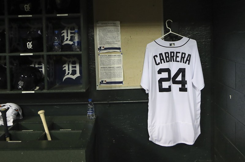老虎在與雙城比賽時於休息區放著Miguel Cabrera的球衣祝他早日康復。(達志影像)