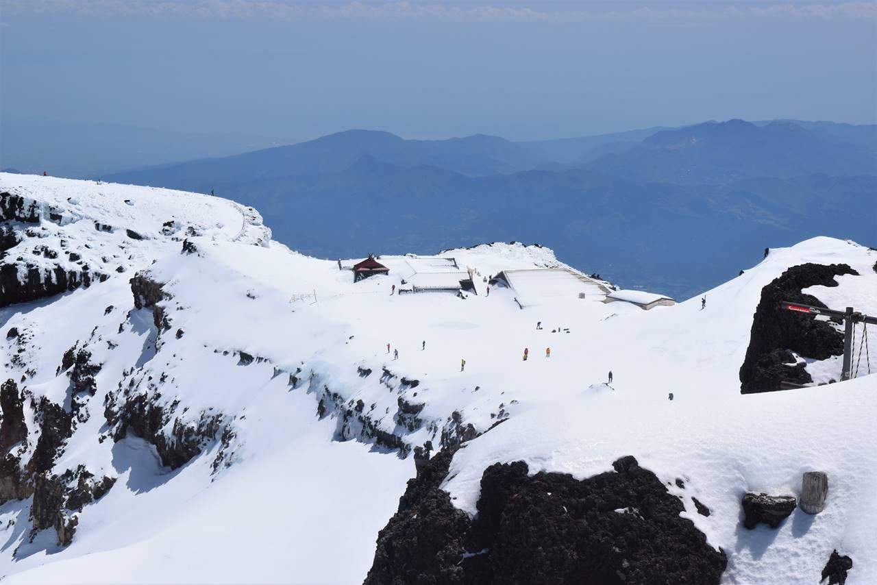 富士山剣ヶ峰から見下ろす富士宮コース山頂