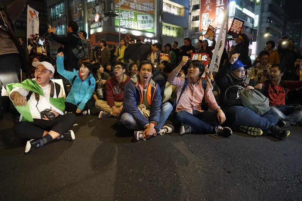1223遊行後參與游擊行動的有工會組織、學生社團,也有獨派團體,彼此間對許多問題存在認識和路線的分歧。(攝影:張宗坤)