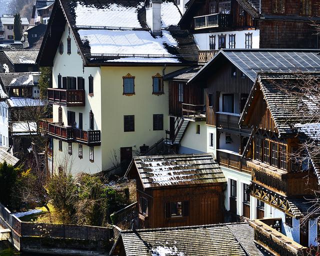 Tejados nevados y casas de madera de Hallstatt