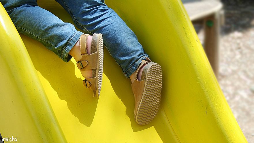 con sandalias en el tobogan