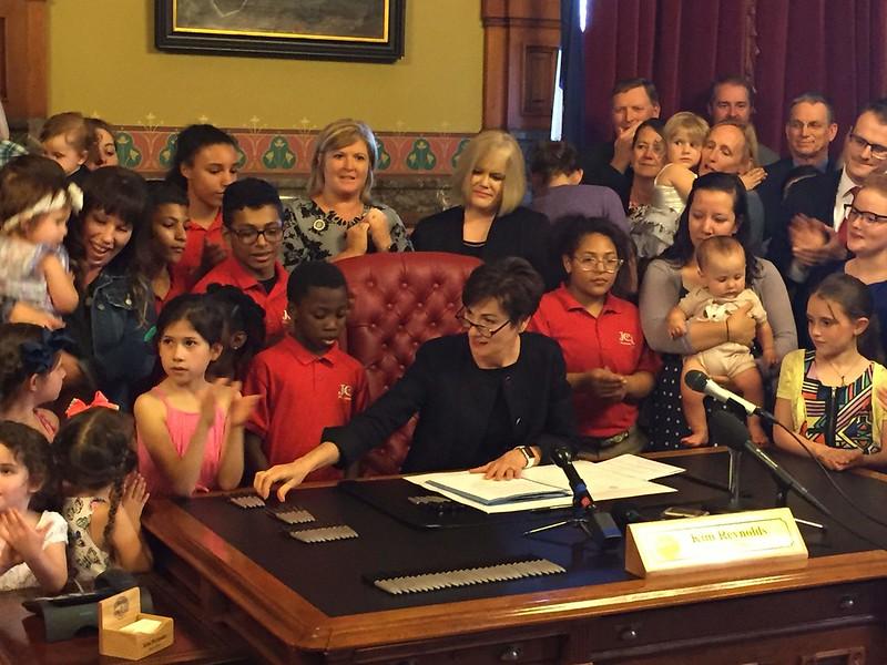 © Rod Boshart/Gazette Des Moines Bureau - gobernadora reynols aprobando ley provida iowa