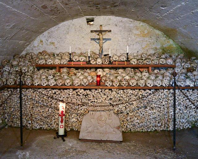 Osario con 1200 calaveras del cementerio de Hallstatt
