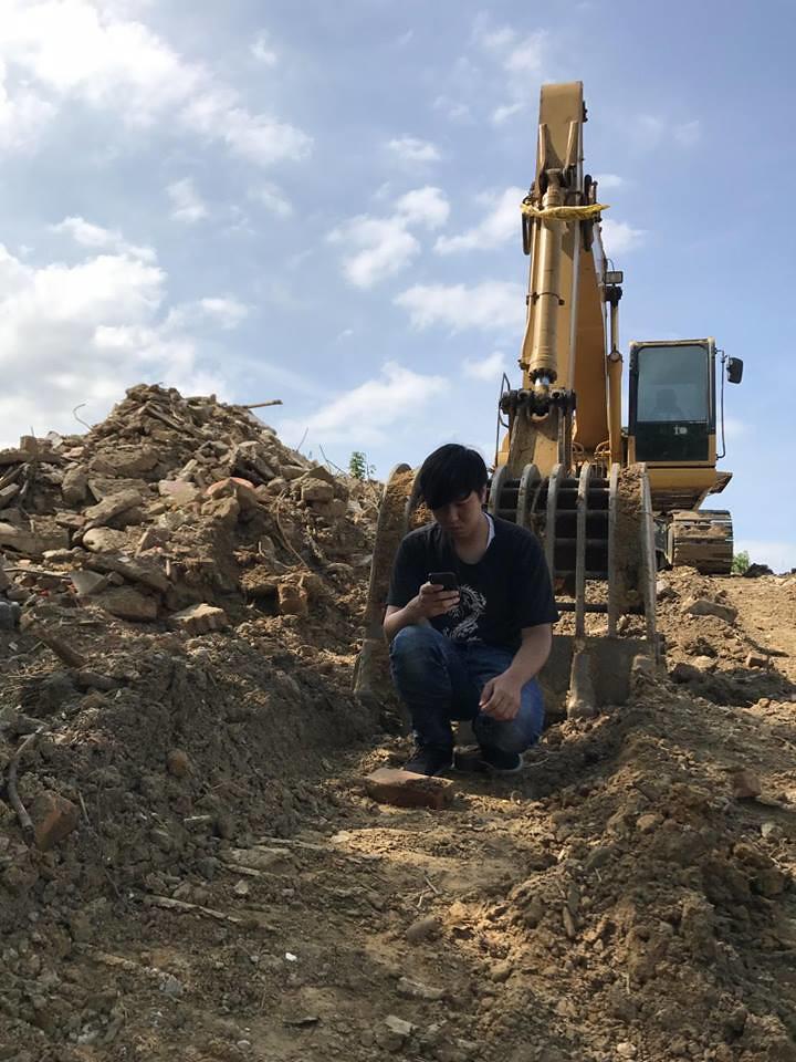 11日地方工作者吳柏瑋肉身阻擋怪手施工,吳柏瑋提供。