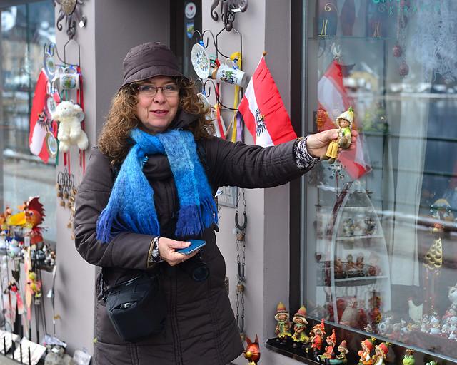 Mi madre con unos souvenirs de Hallstatt