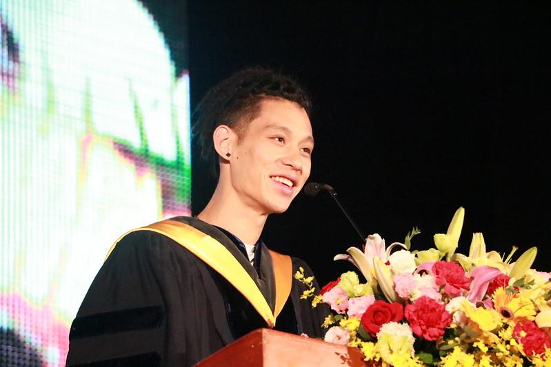 林書豪於政大畢業典禮致詞。(國立政治大學提供)