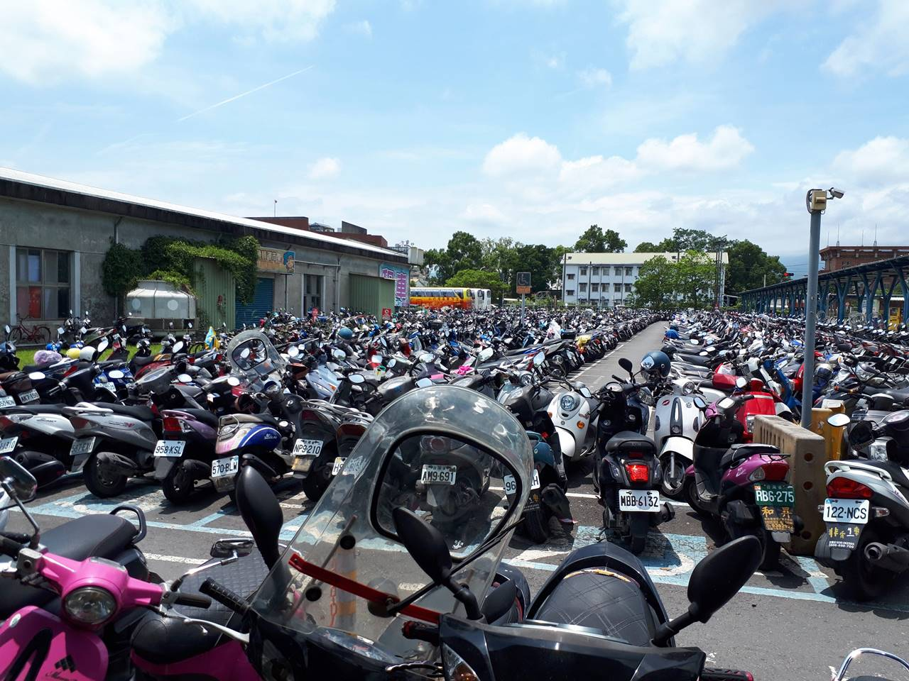 宜蘭 バイクだらけの駐車場