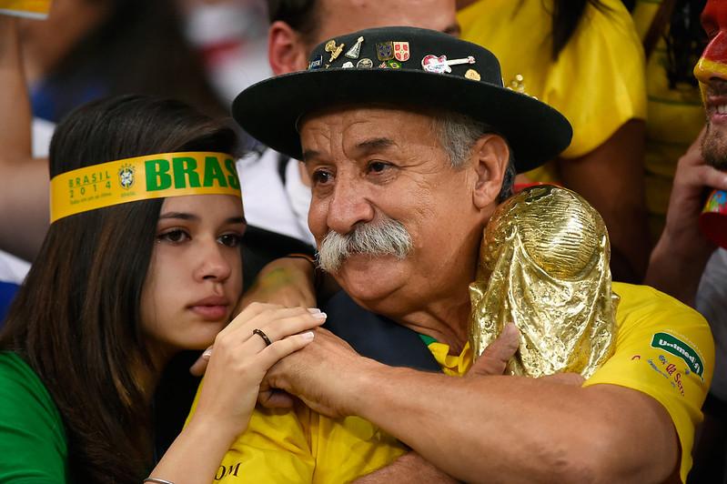 2014年巴西球迷不敢相信球隊會在主場被德國痛宰。(AFP授權)